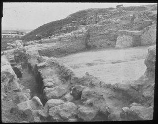 Glasplattendia Tell el-mutesellim [Megiddo], Auffahrt zum Stadttor, Stratum V A, unterer Teil