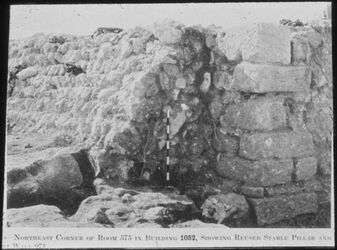 Glasplattendia Tell el-mutesellim [Megiddo], NO-Ecke v. Room a. Stratum III-II mit wiederverw. Stallpfeiler und Verkleidg