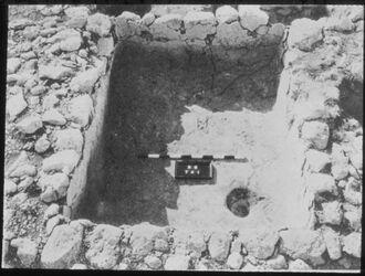 Glasplattendia Tell el-mutesellim [Megiddo], Wasserbehälter a. Stratum I auszementiert, in Raum 1314