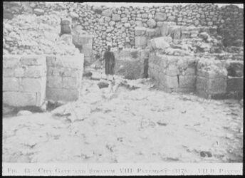 Glasplattendia Tell el-mutesellim[Megiddo], Stadttor v. Stratum VIII, VIIb in Höhe des Kopfes