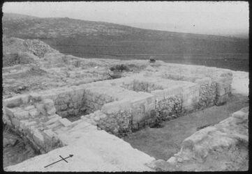 Glasplattendia Tell el-mutesellim [Megiddo], Tor a. Stratum IV, Westhälfte