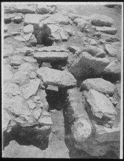 Glasplattendia Tell el-mutesellim [Megiddo], Wasserleitung in Haus, Stratum I