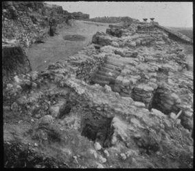 Glasplattendia Tell el-mutesellim [Megiddo], Nebentreppe z. Stratum IV-Tor