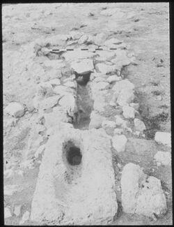 Glasplattendia Tell el-mutesellim [Megiddo], Wasserabfluss und Grube aus Gebäude aus Stratum III / II