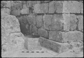 Glasplattendia Tell el-mutesellim [Megiddo], Stadttor V A unter Stratum IV-Tor