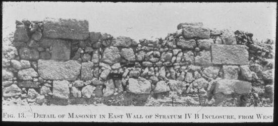 Glasplattendia Tell el-mutesellim [Megiddo], Mauerwerk aus Stratum IV B