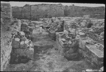 Glasplattendia Tell el-mutesellim [Megiddo], Stratum VII B Stadttor und Pflaster. Stratum VI-Stadttor links oben