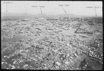 Glasplattendia Tell el-mutesellim [Megiddo], Teil des Gipfels des Tells mit Stratum I im Vordergrund