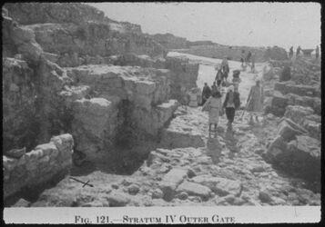 Glasplattendia Tell el-mutesellim [Megiddo], Aussentor a. Stratum IV