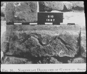 Glasplattendia Tell el-mutesellim [Megiddo], Versetz- und Identifikationsmarke des Maurers a. Stratum IV