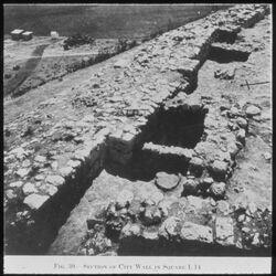 Glasplattendia Tell el-mutesellim [Megiddo], Stadtmauer in Stratum IV