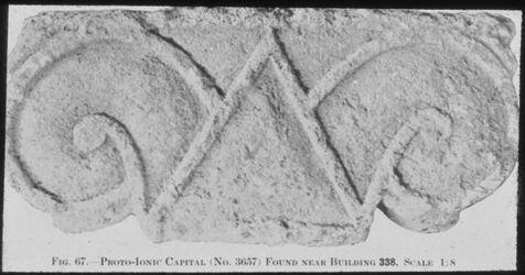 Glasplattendia Tell el-mutesellim [Megiddo], Protojonisches Kapitell, Nähe Gebäude 338, Stratum IV, [später hinzugefügt:] (Zeit Ahabs!)
