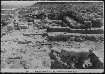 Glasplattendia Tell el-mutesellim [Megiddo], Tore a. Stratum III u. IV, Südteil