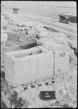 Glasplattendia Tell el-mutesellim [Megiddo], Krippe bzw. Trog aus Pferdestall und Pfeiler, Stratum IV