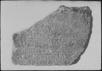 Glasplattendia Stele aus Gebal [Byblos]. Unbekannte Schrift bzw. pseudo-hieroglyphische Schrift.