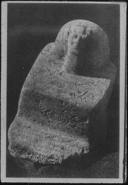 Glasplattendia Skulptur mit altsinaitischen Zeichen