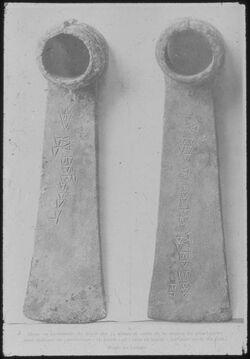 Glasplattendia Paris, Louvre, Ugaritische Keilschrift auf Haue oder Beil aus Ugarit [Ras esch-schamra]