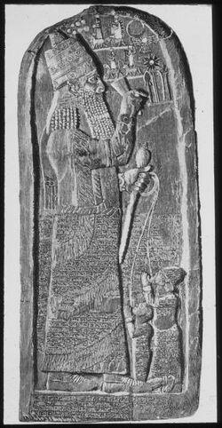 Glasplattendia Stele der Assarhaddon in Sendschirli, Assyrien: Stele d. Assarhaddon. Berlin.