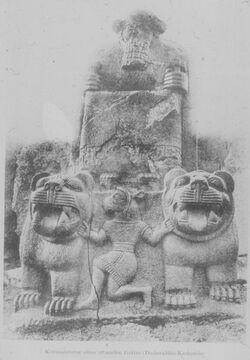 Glasplattendia Kolossalstatue eines sitz. Gottes [Karkemisch]