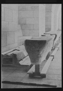 Glasplattendia [Qumran, Rekonstruktion der Schreibtische, genauer Ort unbekannt]
