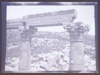 GDIn00106; Planfilmnegativ; [Zwei Säulen mit ornamentischem Kapitell und Architravbalken], gehört zum Umschlag [1.19]