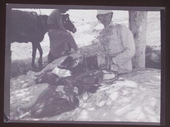 GDIn00238; Planfilmnegativ; [Mann in Expeditionskleidung, sitzend unter Baum II], gehört zum Umschlag [1.32]